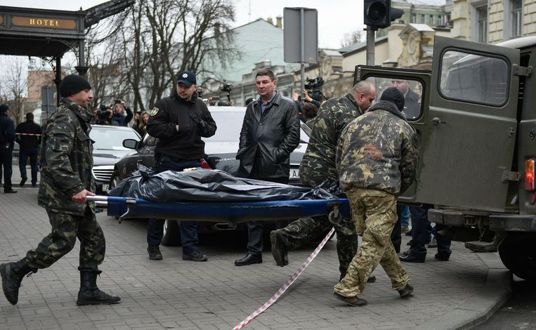 Het lichaam van Voronenkov wordt weggedragen Beeld epa