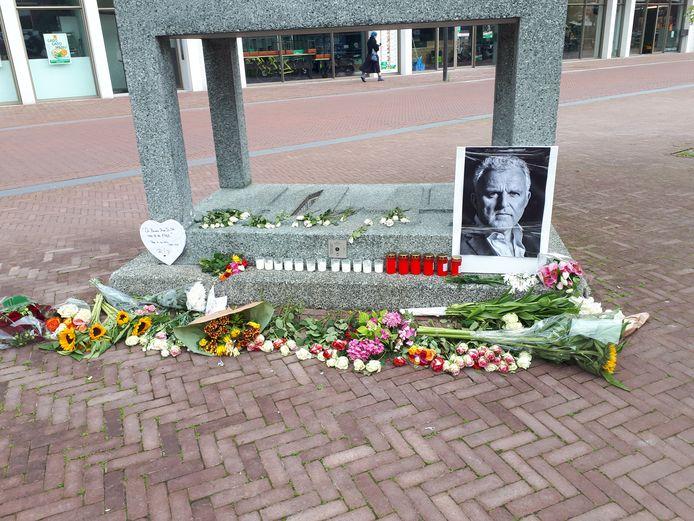 De herdenkingsplaats voor Peter R. de Vries bij het oorlogsmonument in Arnhem.