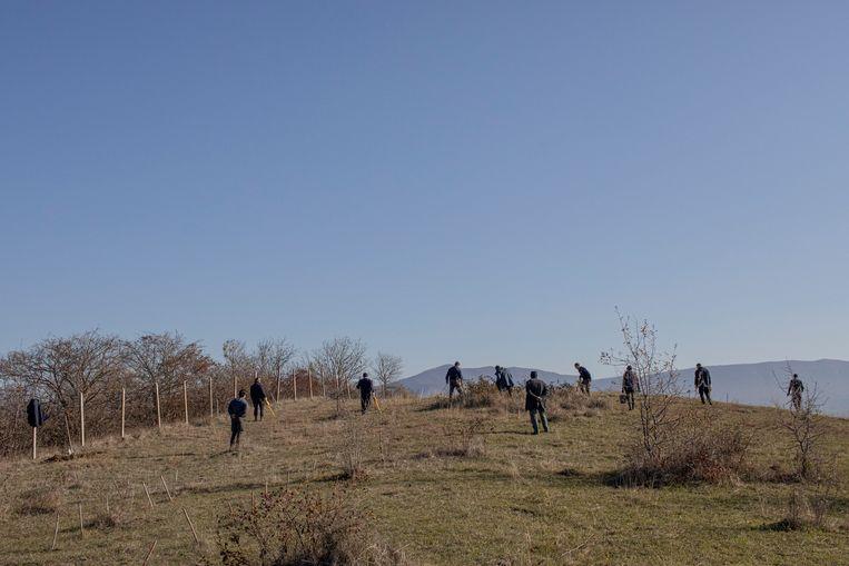 Halo Trust-medewerkers ruimen een veld leeg in Stepanakert, Beeld Anush Babajanyan
