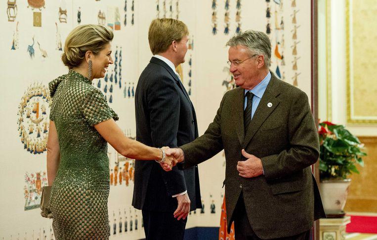 2014-11-03 11:14:51 SEOUL - Koning Willem-Alexander en koningin Maxima schudden de hand van Guus Hiddink tijdens de passade voorafgaand aan het staatsbanket. Het koninklijk paar brengt een tweedaags staatsbezoek aan Zuid-Korea. ANP ROYAL IMAGES POOL ROBIN VAN LONKHUIJSEN Beeld ANP
