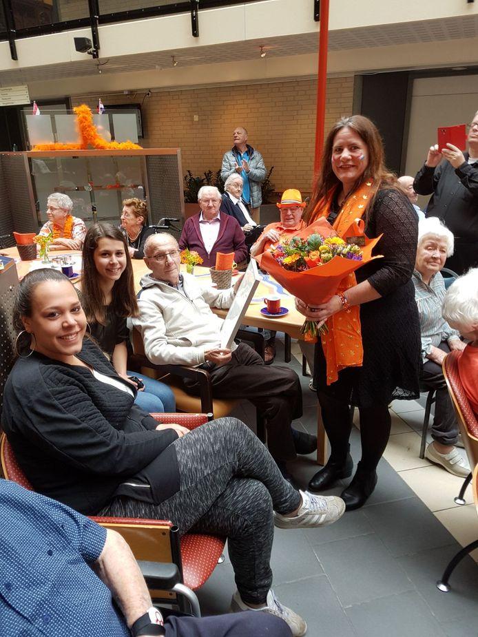 Henk Rozen werd op Koningsdag 2018 samen met zijn kleindochters Manon en Brenda in de bloemetjes gezet.