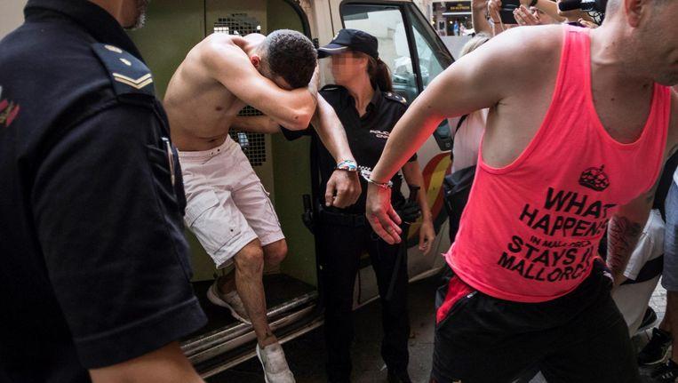 Hoofdverdachte Adrián F. F., links in beeld, werd maandagochtend voorgeleid voor de onderzoeksrechter. Beeld anp