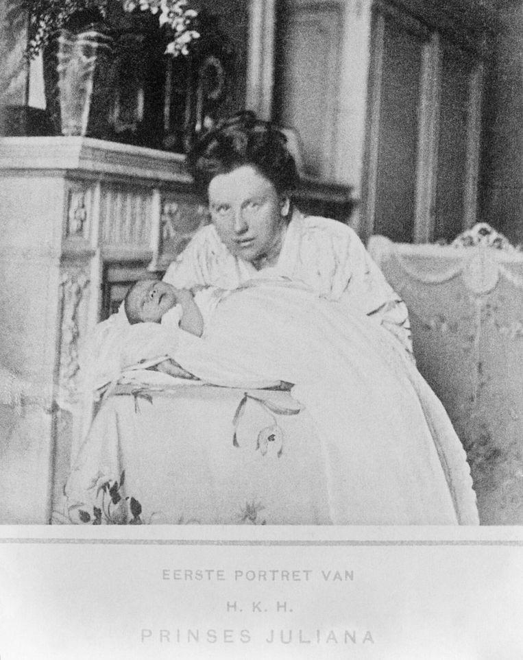 Het eerste portret van prinses Juliana, vastgehouden door haar moeder koningin Wilhelmina, april 1909. Beeld anp