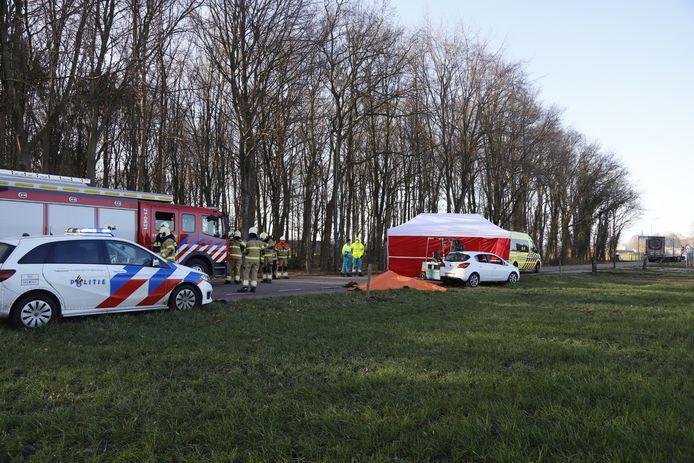 Politie, brandweer, ambulance kort na het ongeluk op de Liefkeshoek. Onder het oranje zeil ligt de fiets van de verongelukte 18-jarige vrouw.