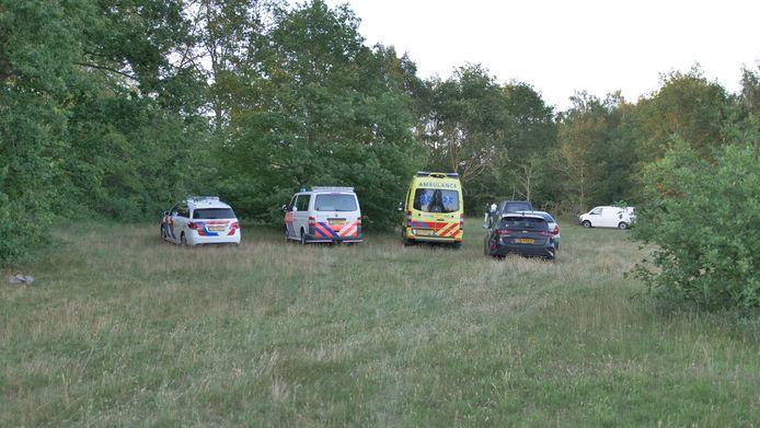 Hulpdiensten zijn aanwezig op het Laakse Strand, waar maandagavond het lichaam van een man werd gevonden.