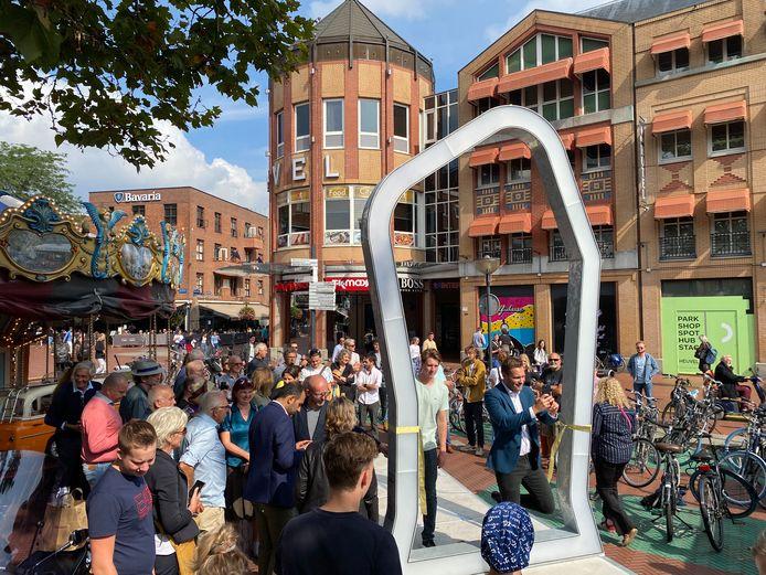 Wethouder Rik Thijs loopt als eerste officieel door de tijdspoort naar de geschiedenis van Eindhoven. De portal op de Markt geeft beelden uit de jaren 50/60 of uit de 16e eeuw.