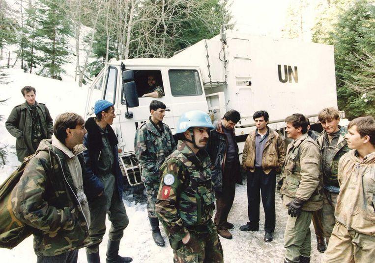 Een deel van het Nederlandse VN-bataljon komt aan in de moslim-enclave Srebrenica. Beeld ANP