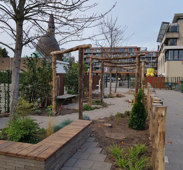Op de nieuwe groene speelplaats van de Teresiaschool in Waalwijk is ook nog ruimte om te fietsen.