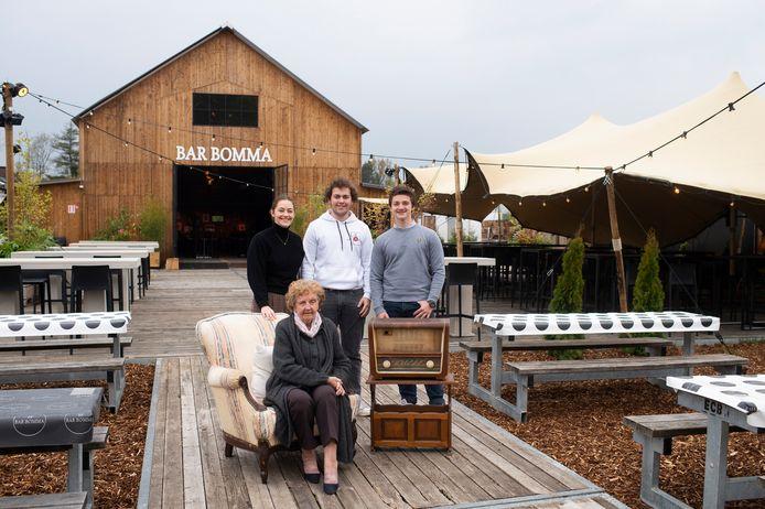 Bar Bomma is klaar voor het eerste terrasjesweekend. Bomma Marie-Jeanne Conings en haar achterkleinkinderen Eline, Quinten (midden) en Thibaut (rechts)