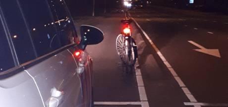Jonge fietsster rijdt tegen verkeer in richting A325, agenten grijpen in