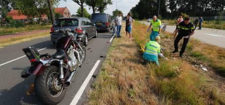 Motorrijder rijdt op stilstaand verkeer in Son en raakt gewond, met spoed in ambulance naar ziekenhuis gebracht