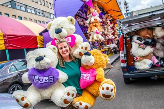 Nog even een laatste berg beren bij de attracties ophangen.
