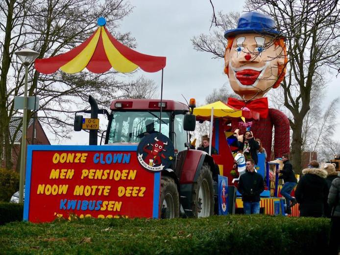 'Wij zijn cv 'nöl mar nie' uit Groesbeek, wij hebben een wagen gemaakt over clown Kwibus die dit jaar met pensioen gaat. Vandaag rijden we helaas niet, maar morgen zijn we te bewonderen in Ottersum.'