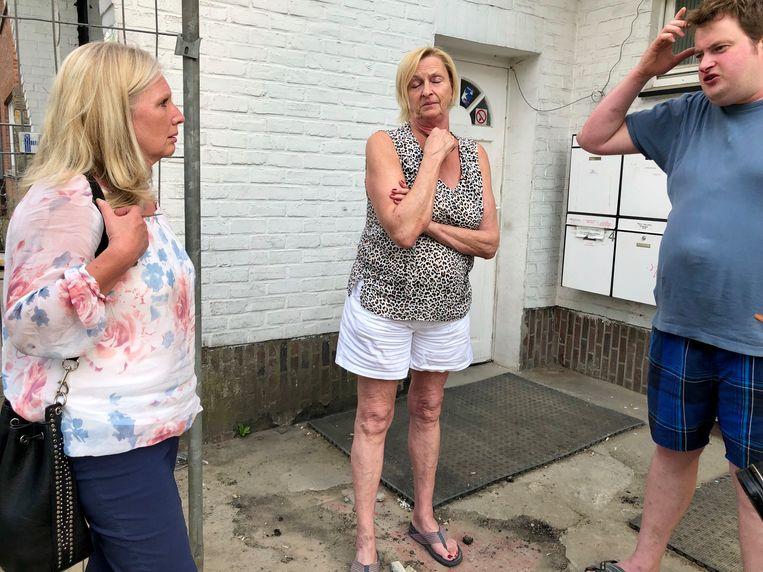 Chantal (links) kwam donderdag nog eens poolshoogte nemen hoe het met de nachtwinkeluitbater gesteld was. Ook de bovenburen Nelly en Chris, die getuige waren, wilden nog even napraten.