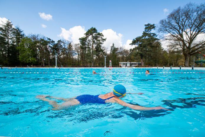 Zwemmers konden dit weekend weer baantjes trekken in het Boschbad in Apeldoorn. De verkoop van abonnementen voor dat openluchtbad verloopt net als in 't Harde opmerkelijk goed, ondanks de onzekerheid.