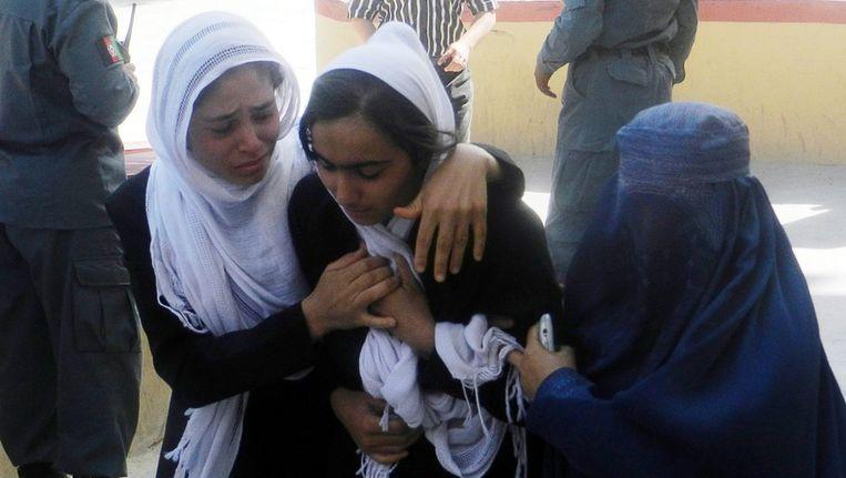 Afghaanse schoolmeisjes worden behandeld nadat ze giftige stoffen hebben ingeademd. Beeld epa