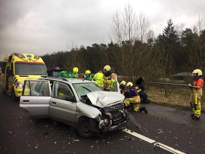De Mazda raakte zwaar beschadigd na de aanrijding met de Maserati op de A1 bij Kootwijk.