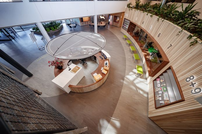 De vernieuwde hal van het Zevenbergse gemeentehuis van Moerdijk, waar je de geboorte van je kind aangeeft bij de burgerlijke stand.