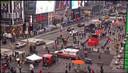 Het winkelend publiek op Times Square maakt zich uit de voeten na de schietpartij.