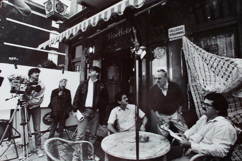 In het café hangt nog steeds deze Jiskefet-scènefoto uit Het Parool van 7 september 1991, met v.r.n.l. Michiel Romeyn, Rijk de Gooyer (gast), Herman Koch en Kees Prins, voor de deur van Hesp.  Beeld Archief Cafe Hesp