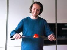 Een alledaagse hobby? Niet voor Jurrian (39), hij is gek op messen slijpen: 'Ik mis een vingerkootje'