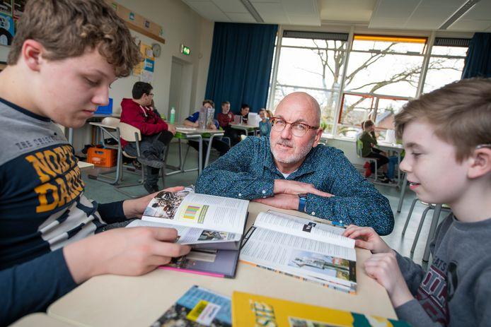 Directeuren Hans van der Most (foto) en Ernst Maatman van de Sterrenscholen in Apeldoorn vragen onderwijsminister Slob om toch door te mogen gaan met flexibele schooltijden.