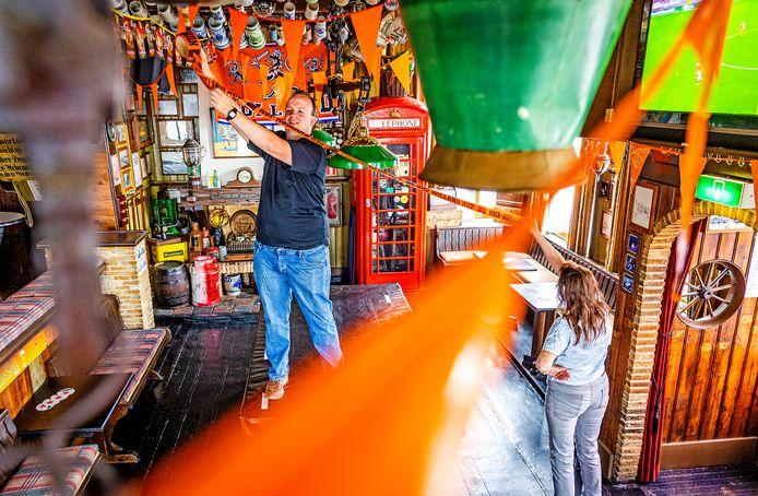 Danny Snaaijer is druk met het versieren van zijn café, 't Veerhuis in Puttershoek, voor het EK.