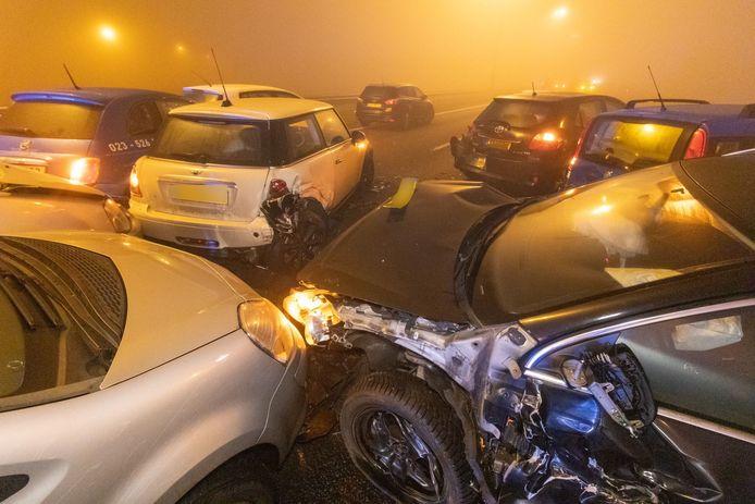 Dertig tot veertig auto's reden vorig jaar in dichte mist op elkaar op de A7 bij Joure.