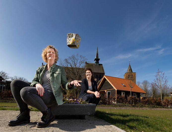 Marcha Bierhof (L) en Wilma Larmit organiseren de Outdoor Steenselse Kwis