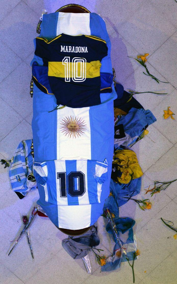 De kist van Diego Maradona in Casa Rosada in Buenos Aires, waar tienduizenden Argentijnen vandaag langslopen om hem zijn laatste eer te bewijzen.