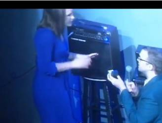 Comedian vraagt vriendin ten huwelijk op podium... met pijnlijke afloop