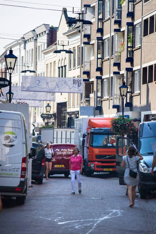 Een compleet wagenpark staat rond 10.15 uur in de Arnhemse Bakkerstraat.