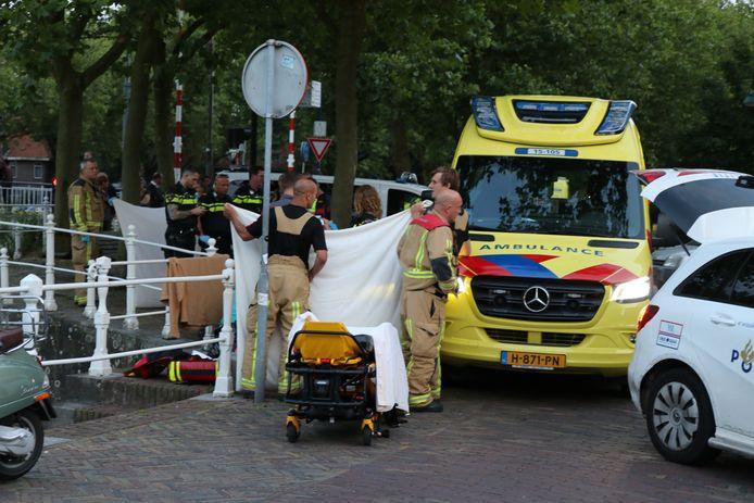 Dinsdagavond kwam er een man in het water bij de Oostpoortbrug in Delft terecht.
