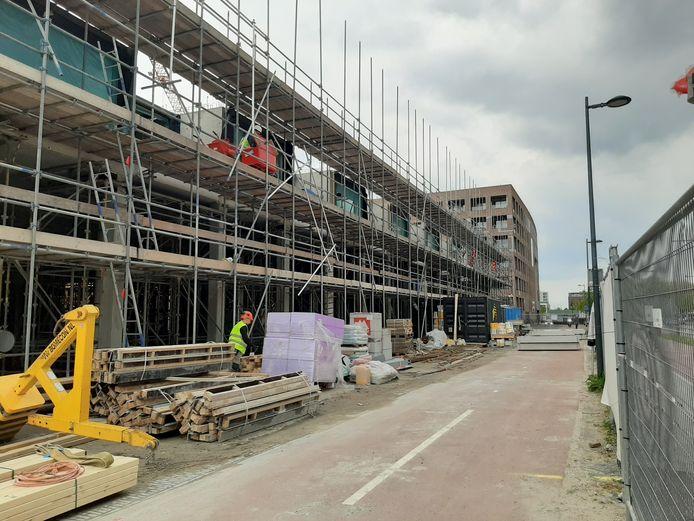 Er wordt flink gebouwd in Breda, zoals naast het station, waar op de hoek Stationslaan, Terheijdenstraat de Belcrumpoort verrijst