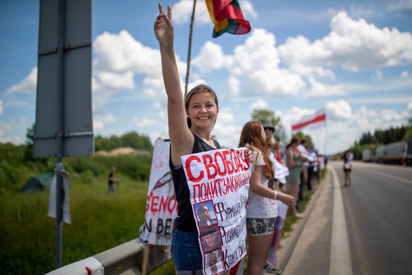 Belarussen in Litouwen protesteren bij de grens en eisen de vrijlating van politieke gevangenen.