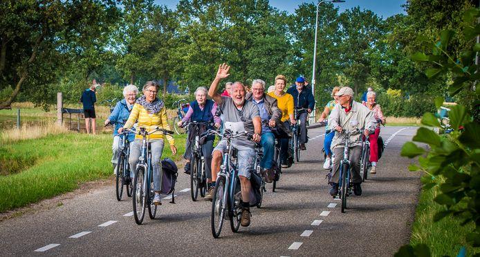 Waarom kijken echtparen die met zijn tweeën gaan fietsen vaak zo chagrijnig uit en lijken groepjes fietsers altijd meer plezier uit te stralen?