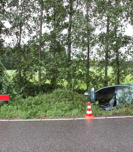 Auto vliegt uit de bocht en komt in sloot bij Diepenheim, bestuurder gewond
