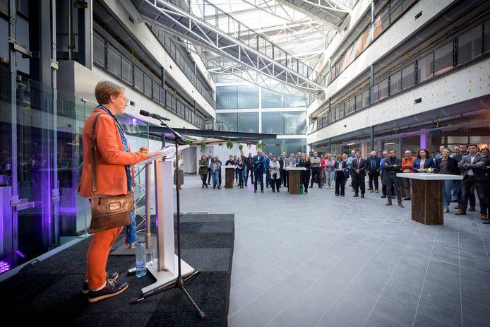 In de centrale hal van De Rondom werd dinsdag het startsein gegeven voor de renovatie. Directeur huisvesting van de TU/e Veronique Marks heette de nieuwkomers welkom.
