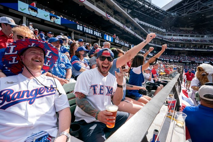 Uitgelaten fans, veelal zonder mondkapje, vermaken zich in het stadion van Texas Rangers.