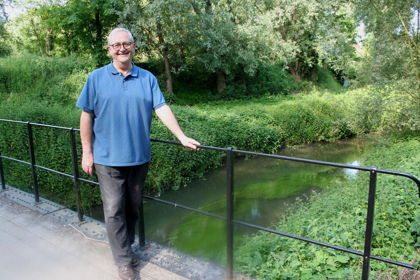 Philippe Smets aan de brug over de Grote Gete in Hoegaarden , met rechts Vlaanderen, links Wallonië