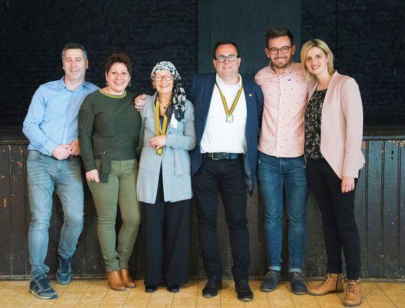 Lieve Vandenbosch met de bestuursleden van De Moedige Strijders die haar natuurlijk graag feliciteerden met haar titel van Ridder in De Orde van Het Gulden Masker.