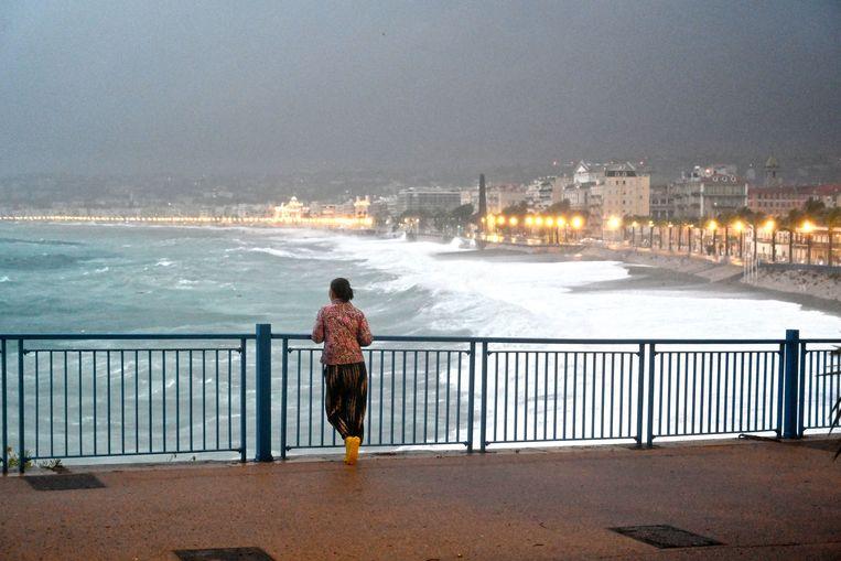 Een inwoner op de Promenade des Anglais in het Franse Nice. Beeld Photo News