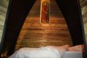Elke slaaphut bevat een beeld van een Heilige