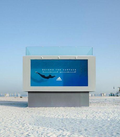 Ce panneau publicitaire Adidas est une piscine