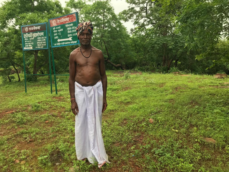Kejuram Pekra voor het bos waarover zijn dorp in de deelstaat Chhattisgarh de rechten claimt, maar waar Bosbeheer bomen heeft geplant.
