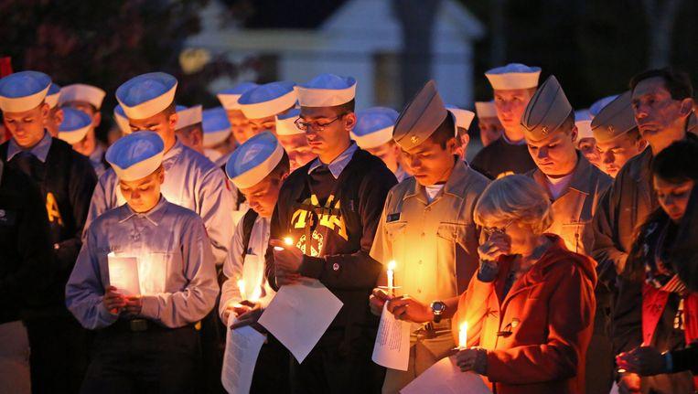 Studenten van de Marineschool in Main, VS hielden een wake voor de vermiste slachtoffers van het vermiste Amerikaanse containerschip El Faro. Vier opvarenden waren voormalige studenten van de school.