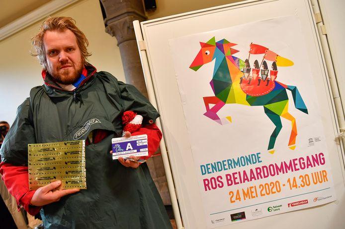 Jern Vermeiren heeft zijn tickets in handen.