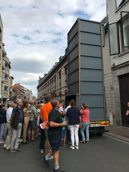 Een joekel van een periscoop, gemonteerd op een autootje, rijdt straks door de Heuvelstraat.