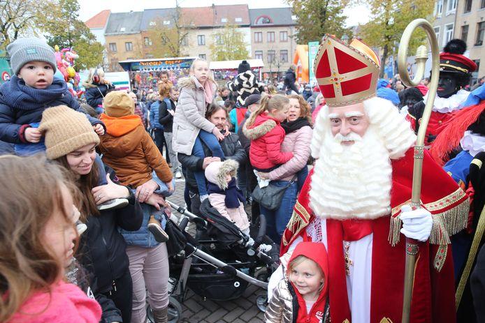Sinterklaas en zijn zwarte pieten maakten hun intrede in Halle.