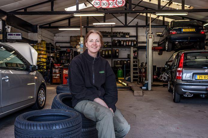 Garage Smaal in Standdaarbuiten stopt. De garage zette Esther Eenhuizen voort nadat haar vader overleed.